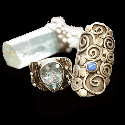 anillos y colgantes